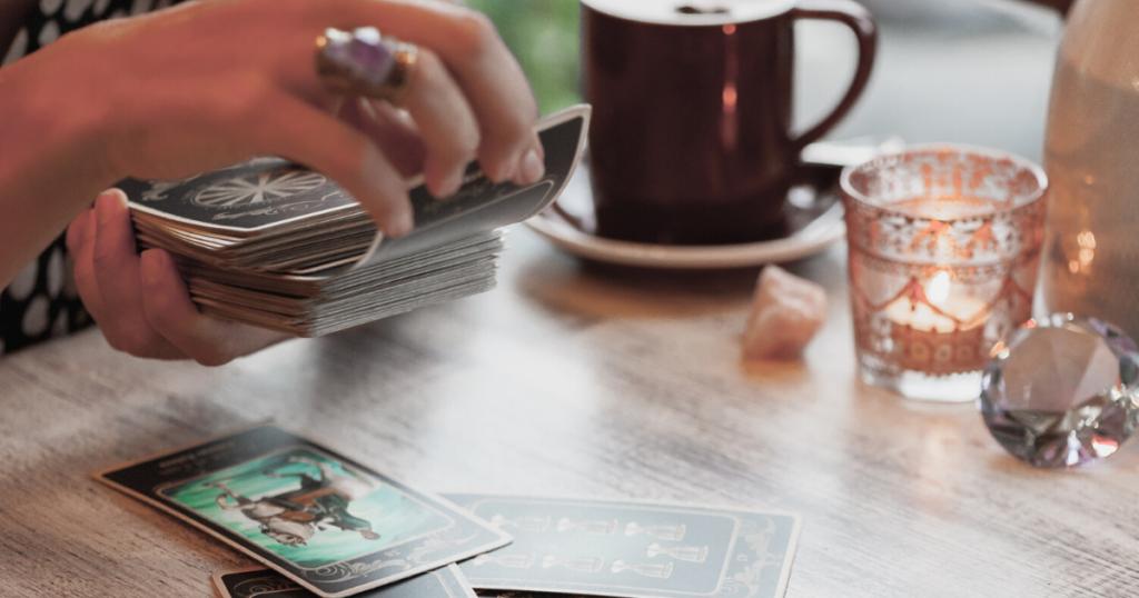 6 méthodes pour purifier ses cartes divinatoires